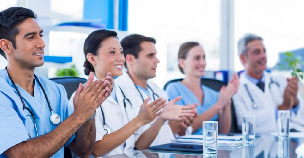 physicians applauding 0 1024x532 - O nás